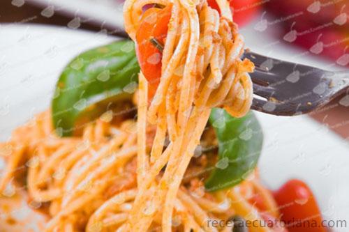 fideo-con-salsa-de-tomate